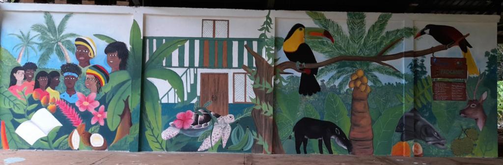 Une fresque murale qui représente la diversité ethnique et la relation avec l'environnement et les ressources naturelles🎨🖌️